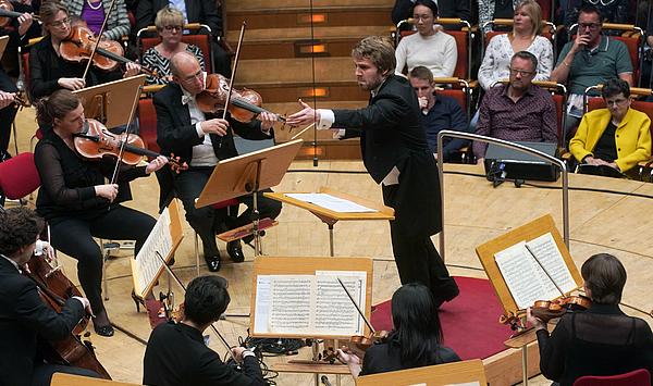Weimarer Dirigentenschmiede erneut erfolgreich: 1. und 2. Preise mit viel Renommee für Gábor Hontvári und Valentin Egel