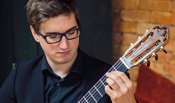 Vorbildliche Persönlichkeit: Der Franz-Liszt-Preis 2021 der Gesellschaft der Freunde und Förderer geht an den Gitarrenstudenten Philipp Lang