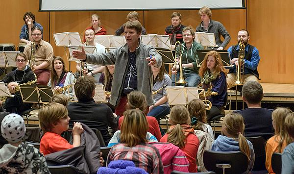 Applaus für die Bigband: Die vierte Vorlesung der Kinderuniversität Weimar im Wintersemester 2016/17